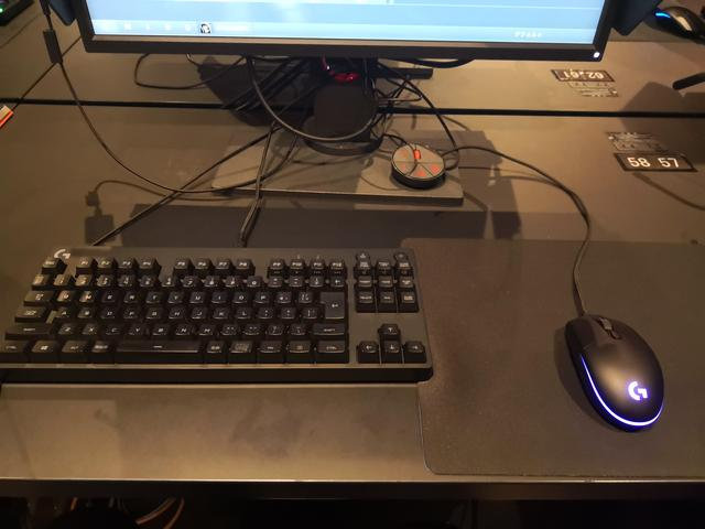 画像: マウスパッド・キーボード・ヘッドセットはロジクール