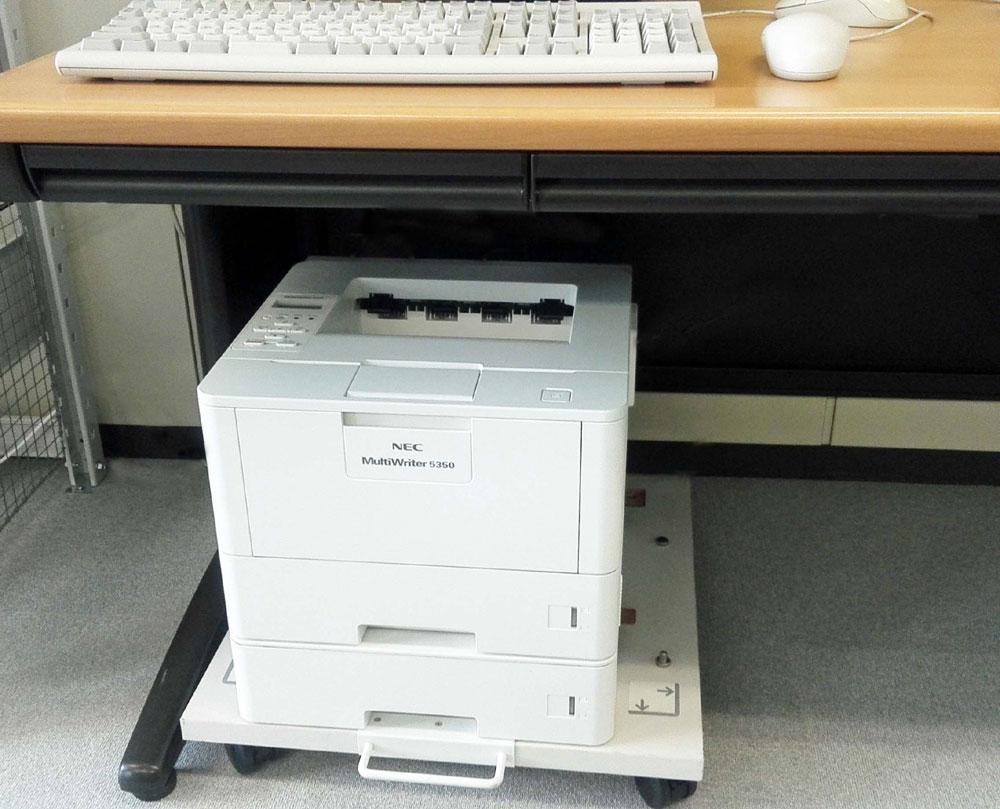 画像: 前面給紙、上方排紙なので、机の下などのスペースに設置できる