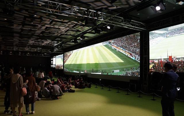 画像: 会場には5つの巨大なスクリーンが設置され、サポーターはその前のエリアに座って試合を鑑賞していた