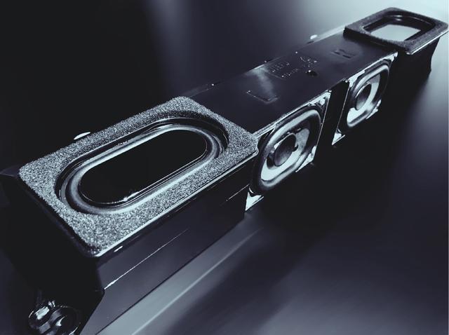 画像: 新型レグザでは音質にも磨きをかけている。Z730Xは13mmシルクドーム型トゥーターとフルレンジスピーカーを配置した2ウェイスピーカーをフロント側に搭載し、さらに写真のダブルウーファーと4個のパッシブラジエーターからなる「重低音バズーカウーファー」を組み合わせて、迫力ある音の再現を目指している