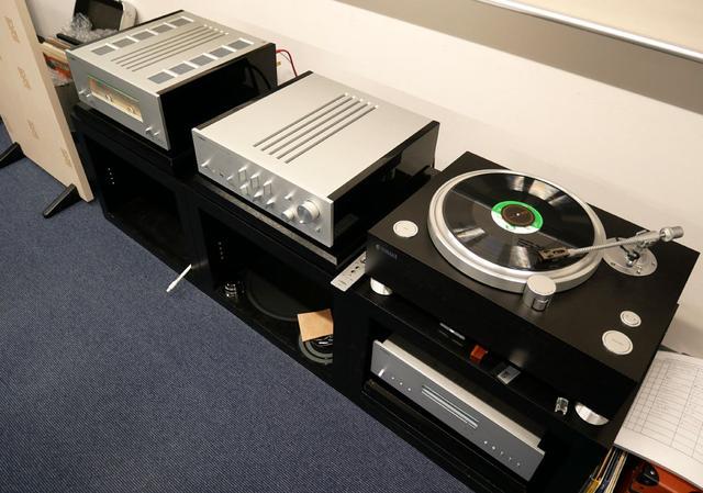 画像: 左がパワーアンプの「M-5000」で中央がプリアンプの「C-5000」。右端の「GT-5000」を含めてすべてバランスケーブルでつないでいる