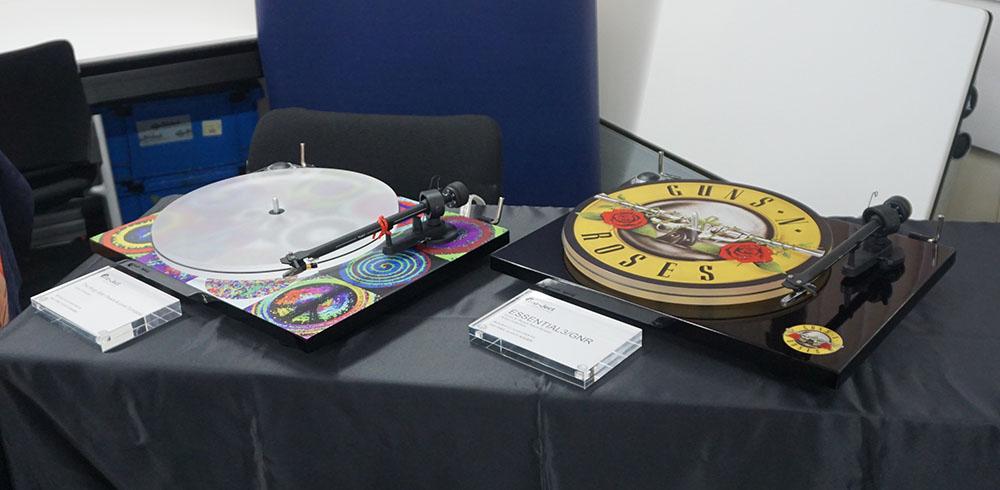 """画像: 左が「The Ringo Star """"Peace & Love Turntable""""」で右が「Guns N'Roses Recordplayer」"""