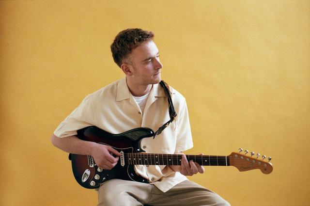 画像: 昨今珍しい、若手の「ギタリスト」トム・ミッシュが出演する。
