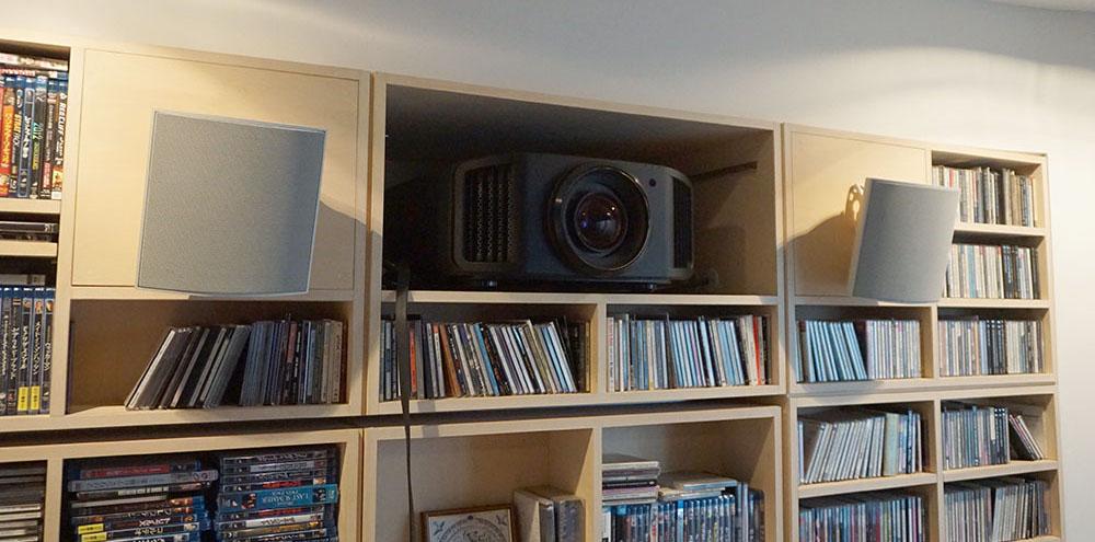 画像: 視聴位置後ろの壁面にJVCのプロジェクター「DLA-V9R」が収納されている