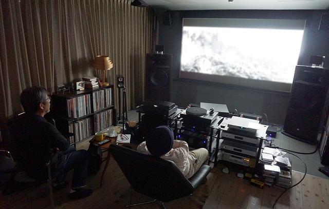 画像: 山本邸のスクリーンにて、様々な4K作品を上映してもらった