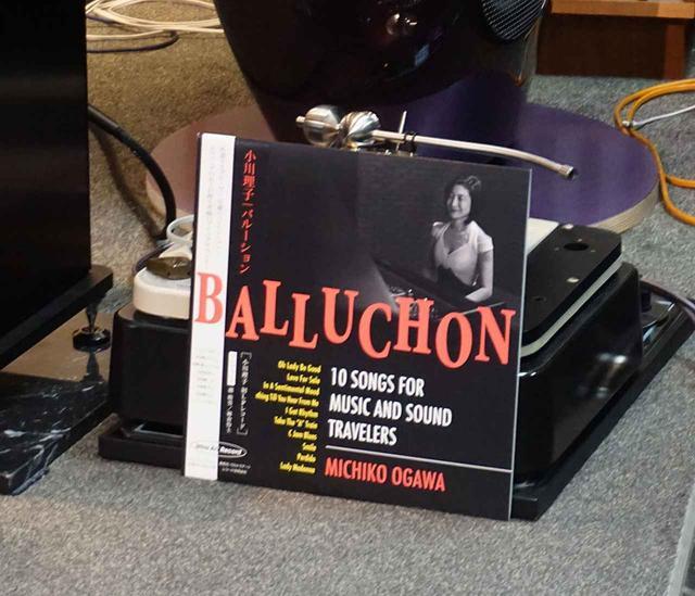 """画像3: """"どっちが好みかは、自分の耳で確認を!"""" 学芸大学のホーム商会で、『Balluchon/小川理子』LPレコード発売記念イベントが開催。78回転盤の音にみんな仰天!"""