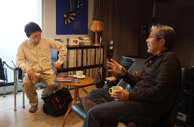 画像: 4K放送の楽しさ、素晴らしさを熱く語る山本さん(右)と、興味津々で耳を傾ける久保田さん(左)。取材は山本さんのシアタールームで行なった