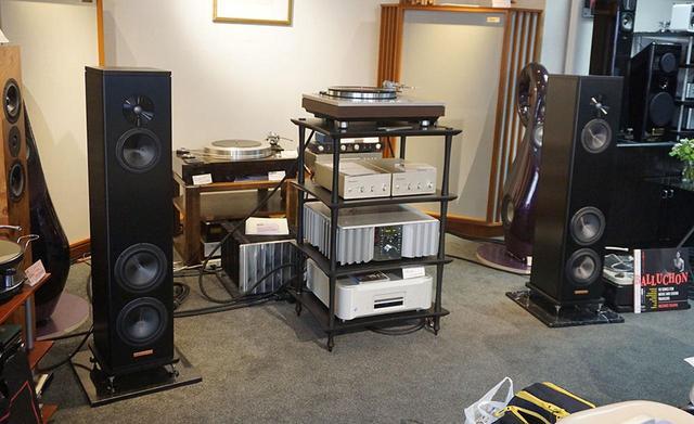 """画像2: """"どっちが好みかは、自分の耳で確認を!"""" 学芸大学のホーム商会で、『Balluchon/小川理子』LPレコード発売記念イベントが開催。78回転盤の音にみんな仰天!"""