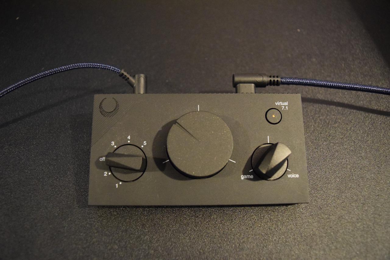 画像: SHIDO:002 左からイコライザー、ボリューム、ゲーム・ボイス調節のできるダイアルとなっている。