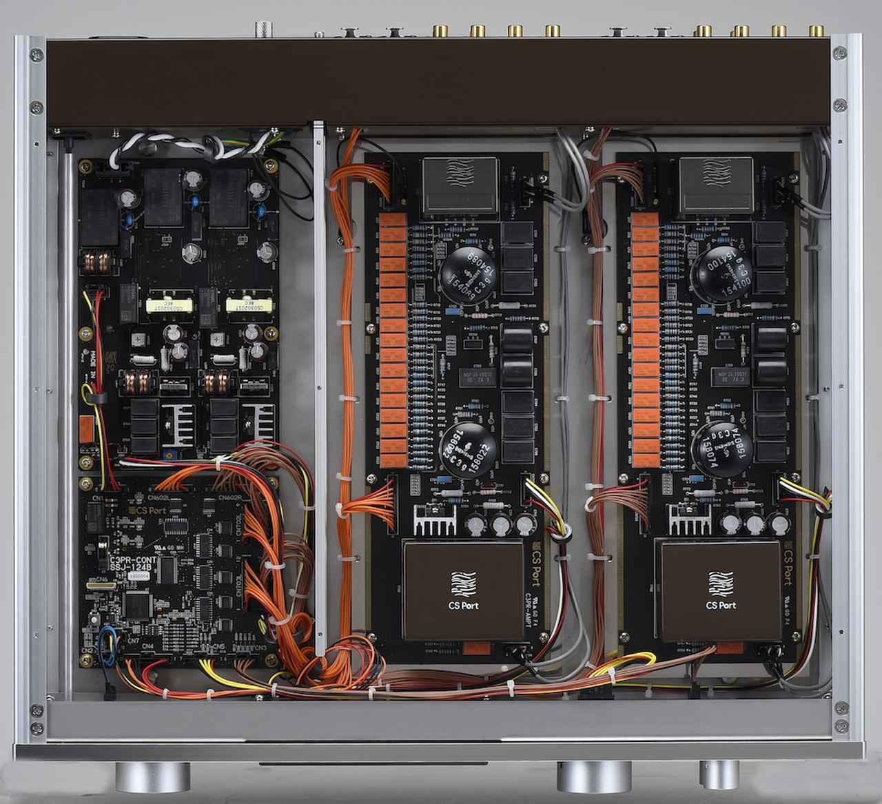 画像: 内部は3つに分割されていて、右の2つは左右チャンネルで独立した増幅部と電源部。電源部は、同社が得意とするスイッチング電源で安定化した電源を、さらに高速応答の無帰還アナログ電源で整流している。