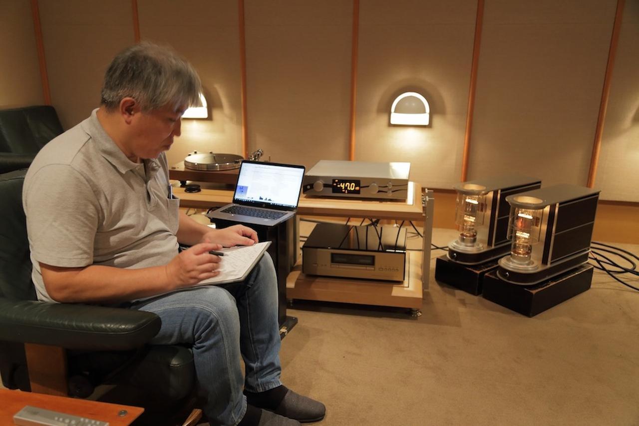 画像: 「管球王国」リファレンスパワーアンプのエアータイトATM3、さらにCSポート212PAとの純正組合せでも試聴する三浦氏。