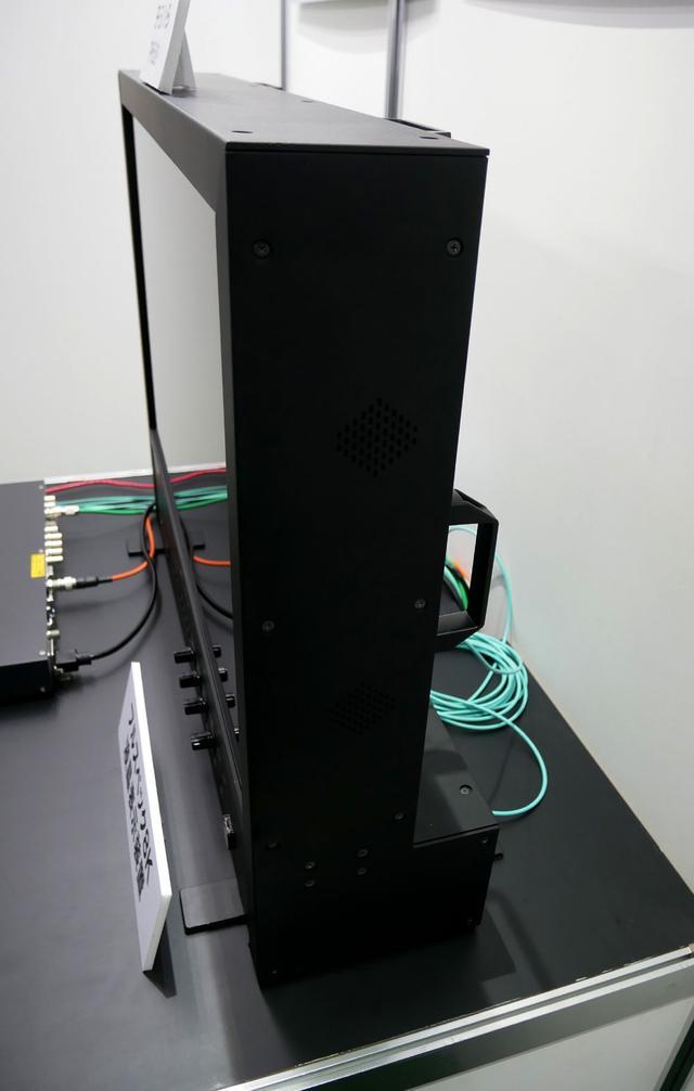 画像: 試作機ながらかなり薄型にまとめられている。接続ケーブルはU-SDI1本