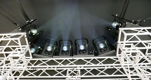 画像: ▲8台の4Kプロジェクターを使って180度の円筒スクリーンに映像を投写していた。スクリーンサイズは計算すると670インチ相当か
