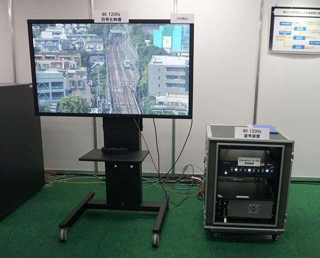 画像: 8K/120pのデコーダー機能を内蔵したPC(写真右ラック下側)