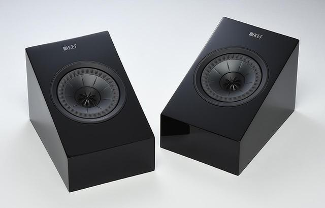 画像: ←前シリーズでもラインナップされていたイネーブルドスピーカーが、こちらも第12世代Uni-Qを搭載する新モデル、R8a(¥150,000・ペア+税)として登場。R8aはKEFでは最上級イネーブルドスピーカーにあたる。カラリングはブラック・グロスとホワイト・グロスの2種類を用意する