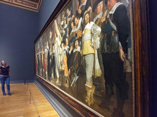 画像: 他の集団肖像画は、みんなが等分に描かれている。レンブラント『夜警』は人物の大小にメリハリが