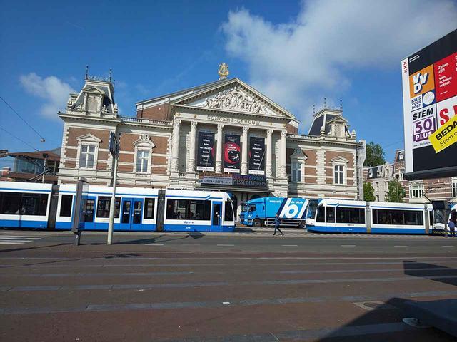 画像: 街中にあるアムステルダム・コンセルトヘボウ。市電が走り、交通量もひじょうに多いが、ホール中にはノイズ混入は、なし