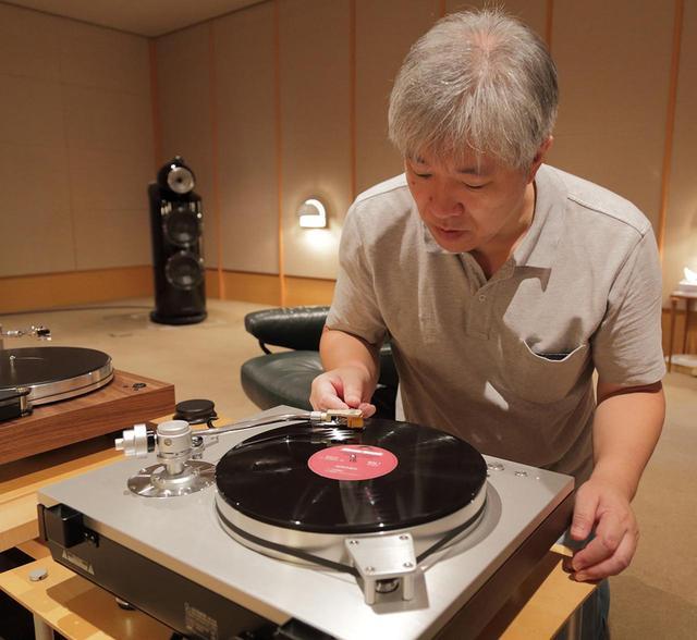 画像: プレーヤーにラックスマンPD171Aを使用して試聴する三浦氏。