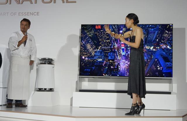 画像: 安藤監督も、8K有機ELテレビの映像に興奮気味