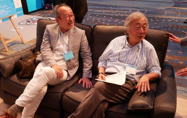 画像: ▲麻倉氏と藤原氏が座っているソファーは、NTTぷららが運営している「くらしと」が販売しているヴェローナ