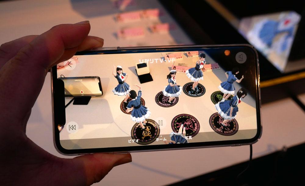 画像: ▲3Dフィギアのアイドル版。AKB48(TEAM8)のメンバーの実際の動き(ダンス)をモーションキャプチャし、音声も本人のものをサンプリングして再現。コースターを動かすと、3Dミニチュア映像も動く。推しメンバーのコースターのみ集めれば、一人48も実現できる