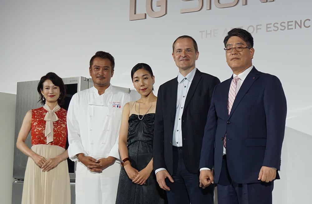 画像: 左から、司会の馬場典子さん、フレンチシェフの木下威征さん、映画監督の安藤桃子さん、LG SIGNATURE統括デザイナーのトーステン・ヴァリュアーさん、LGエレクトロニクス・ジャパン(株)代表取締役の李 栄彩さん
