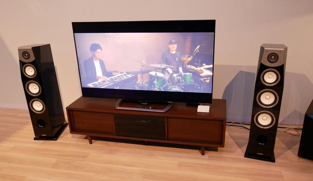 画像: ▲会場入ってすぐのところには、ハイレゾ+4K映像配信の体験ブースを展示。96kHz/24bitの音声が楽しめる。会場に来ていた麻倉氏&藤原氏もデモを聴いて、喜んでいた。