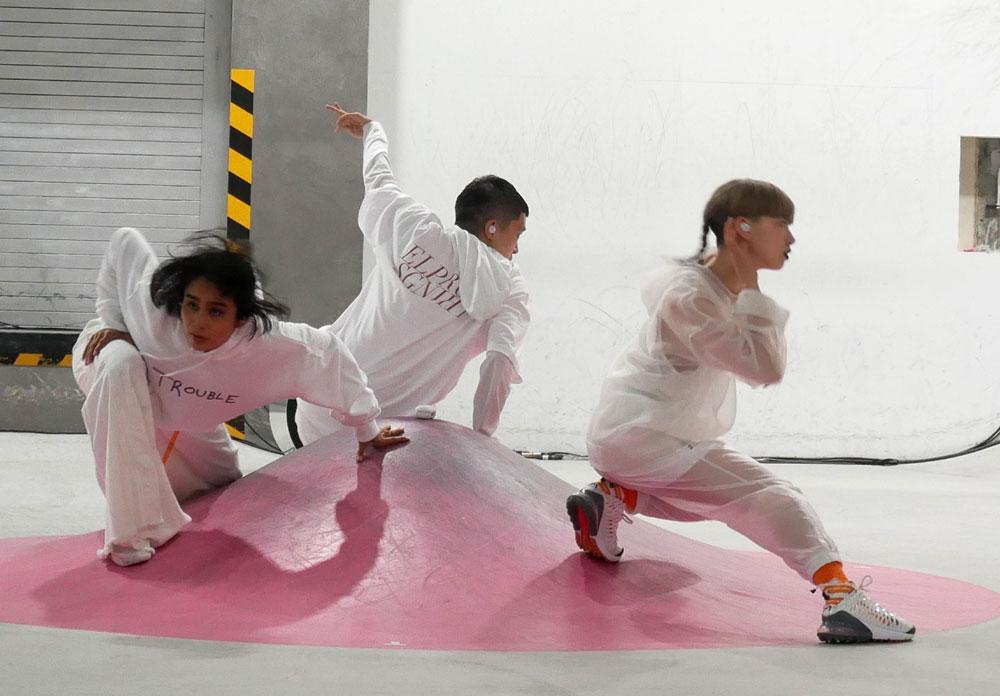 画像: ダンサーによるデモンストレーション