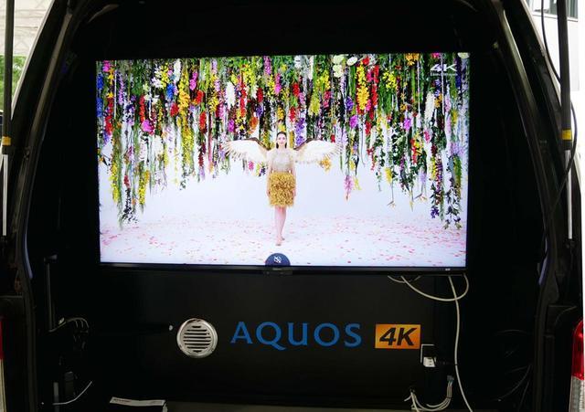 画像: リアゲートを開けると、こちらには4Kテレビが設置されている