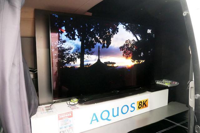画像: ワンボックスカーのスライドドアを開くと80型の8K液晶テレビが目に飛び込んでくる