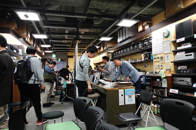 画像: 店舗レジ前に設置された販売コーナー。それぞれに気になるレコードを品定め。この日の一番人気は「Cinema Songs / 薬師丸ひろ子」 www.audiounion.jp