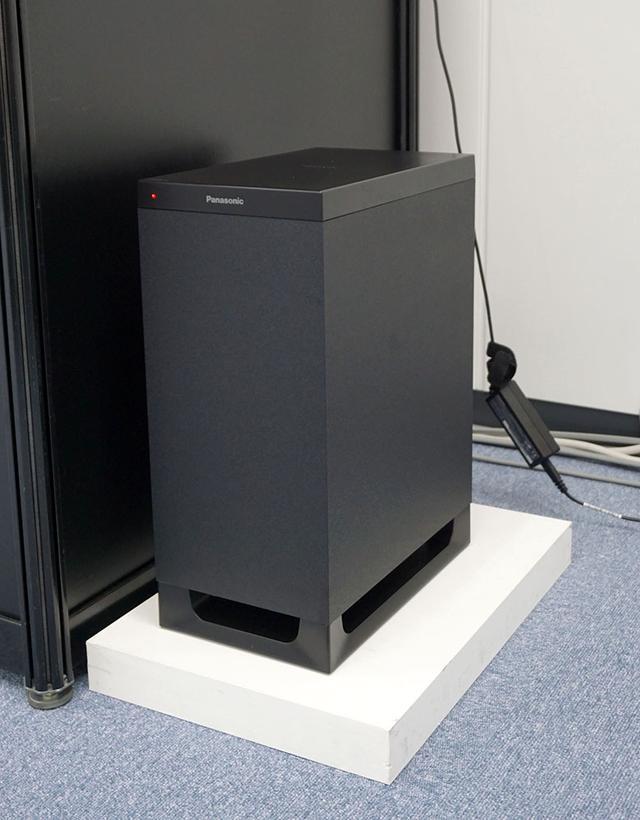 画像: 無線接続のサブウーファーも付属する