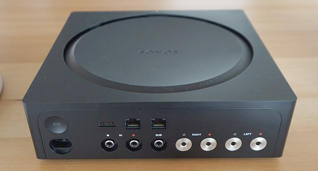 画像: 背面左上にARC対応HDMI端子を搭載する。纏綿の円形のスリットは放熱部を兼ねている
