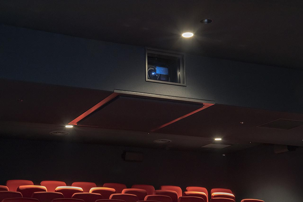 画像: プロジェクターは天井に設けられたボックスに収納されているので、動作音もまったく気にならない。解像度は2Kとのことだが、スクリーンサイズとのバランスがいいのか、とてもクリアーな映像が再現されていた