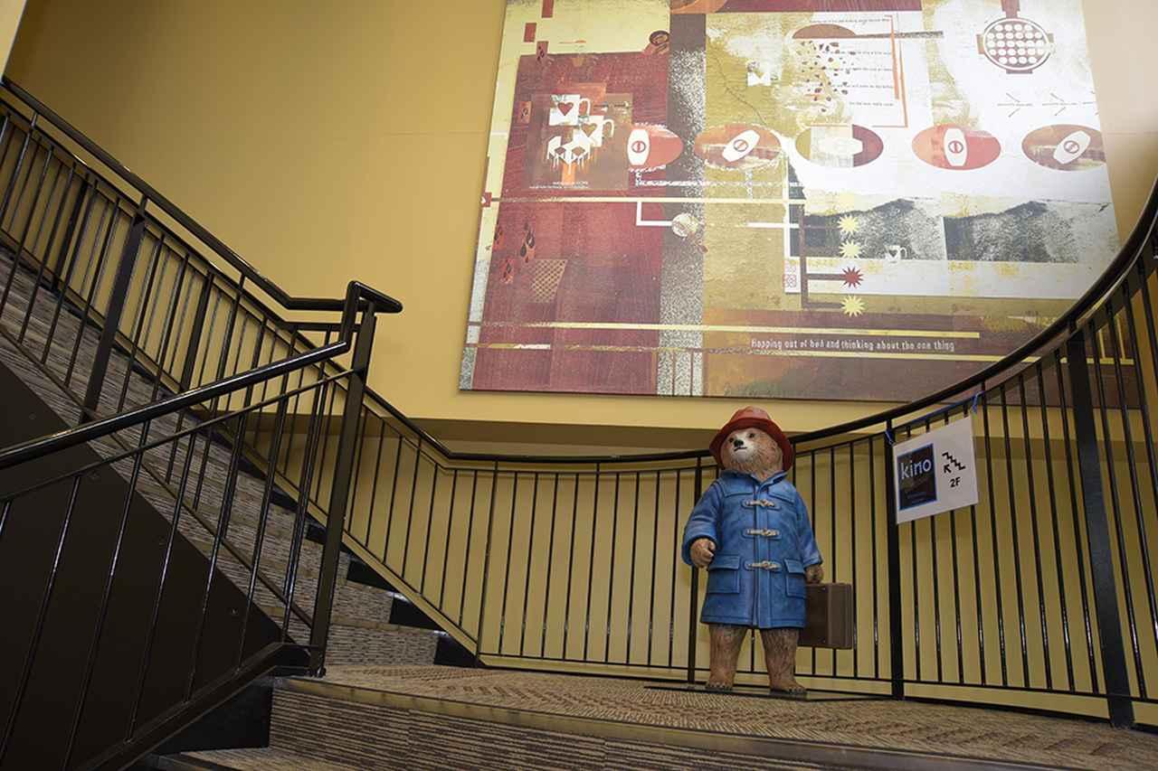 画像: 「kino cinéma 横浜みなとみらい」には、この階段を上って入る(エレベーターもあり)。踊り場ではパディントン君がお出迎え