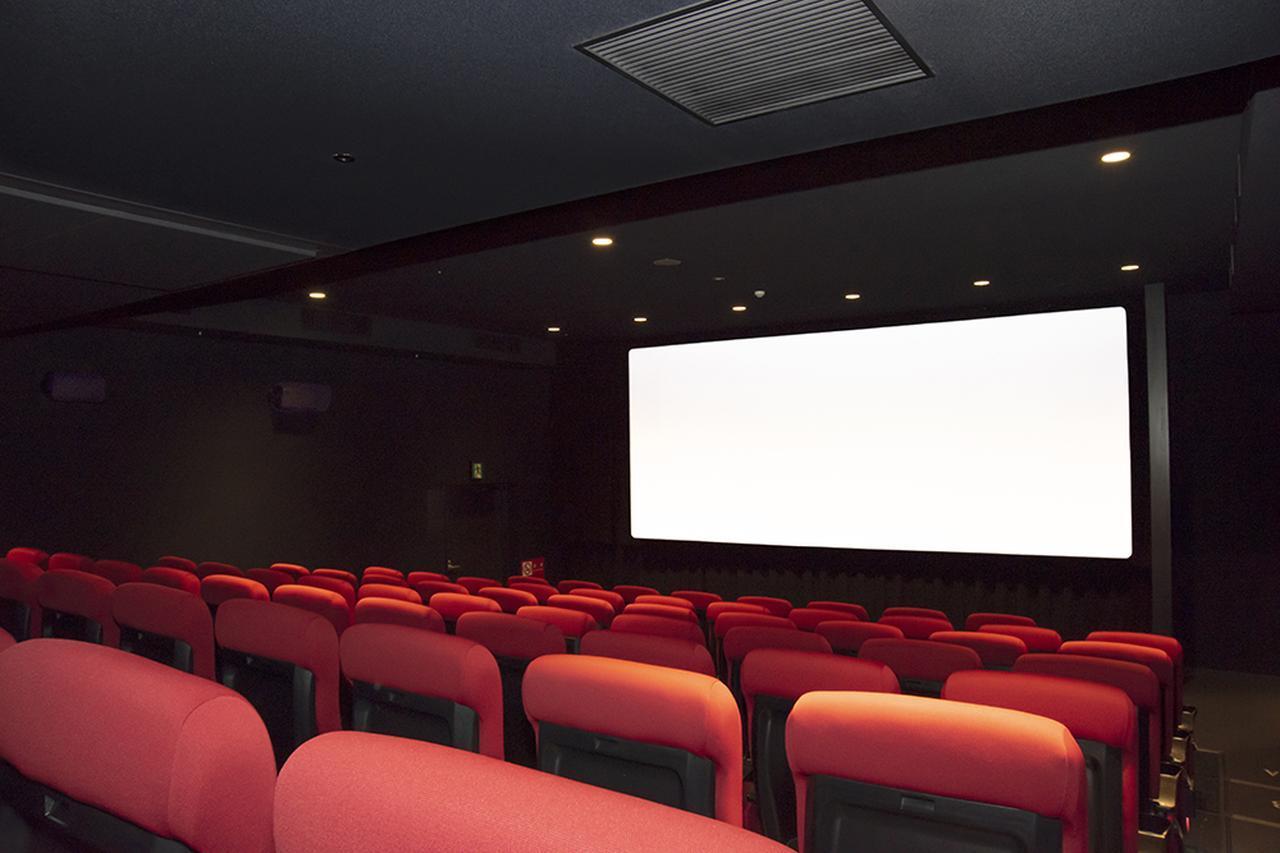 画像: 「シアター2」の全景。スクリーンサイズはシネスコ作品上映時で6.2×2.6mという大きさだ。壁や天井はブラックのトーンでまとめられており、上映時にはほぼ真っ暗な環境が再現される