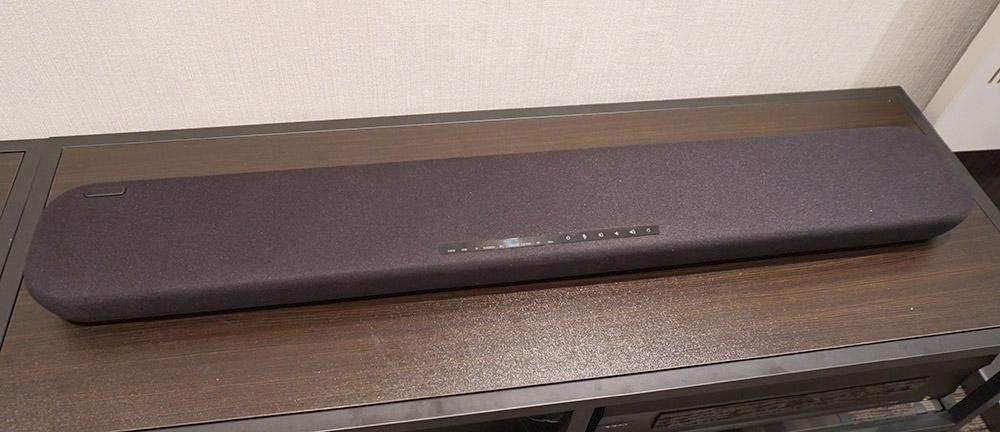 画像: 「YAS-109」の本体サイズはW890×H53×D131mmで、背面には壁掛け用のネジ穴も準備されている