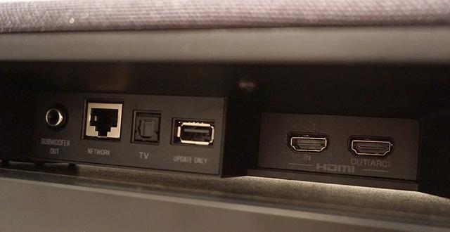 画像: 中央中央後ろの接続端子部。HDMI入出力各1系統の他、光デジタルやLAN端子を備えている。アナログ音声入力は非搭載となった