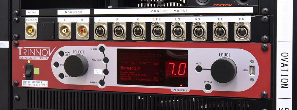 画像: トリノフのシネマプロセッサー「OVATION」はサーバールームにセットされていた。シネマサーバーからのリニアPCM信号を入力し、ルームチューニングのEQ処理を加えた後に、パワーアンプに出力している