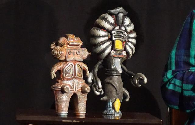 画像: 片桐氏の作品から「キング縄文」(左)と「シャックール星人」(右)