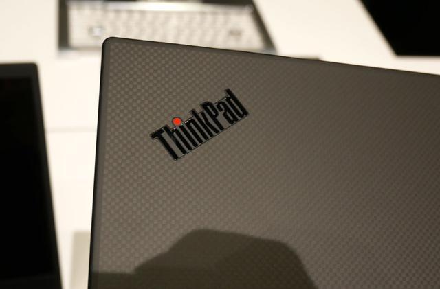 画像: ThinkPad X1 Carbonの天面のカーボン柄が見られる仕様