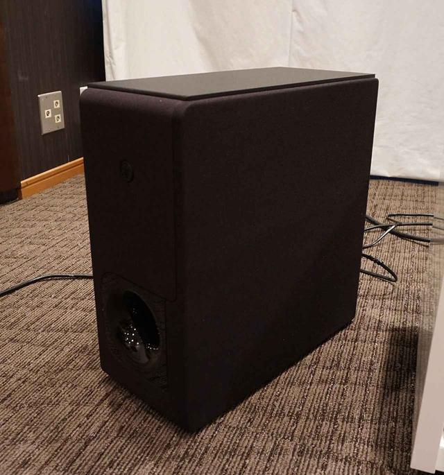 画像: 16cmユニットを搭載したサブウーファー。信号伝送はワイヤレスなので、電源ケーブルをつなぐだけで使用可能
