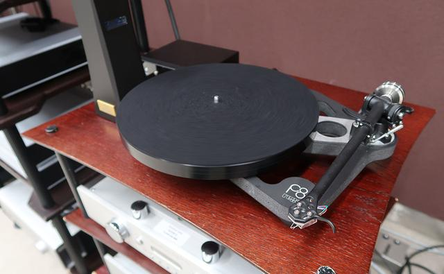 画像: Rega(レガ)製ターンテーブルを象徴するモデルとして知られた「RP8」のブラッシュアップ版ともいえる、「Planar 8」。スケルトン・デザインが踏襲され、トーンアームには新開発の「RB880」を搭載