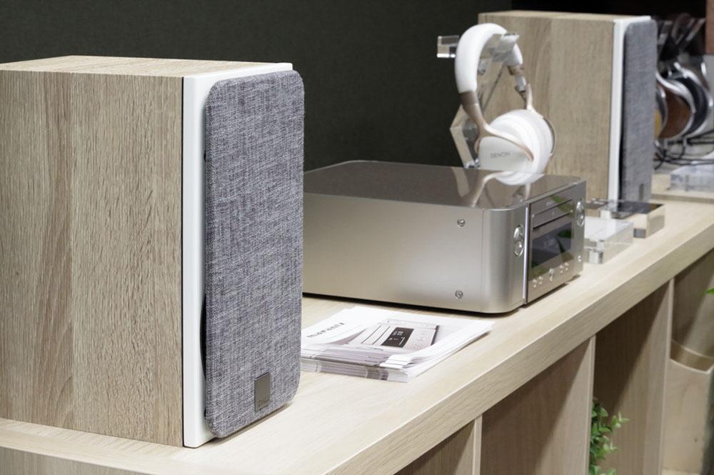 画像: マランツのミニコンポ最新作「M-CR612」。ソフトなグリルのDALIの新作ブックシェルフ「OBERON1」とお似合い