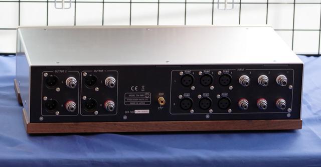 画像: 「CM-2000」(定価150万円、税別)のリアパネル。バランスを装備し、同社の考えるハイブリッド・パッシブアッテネーターの新境地