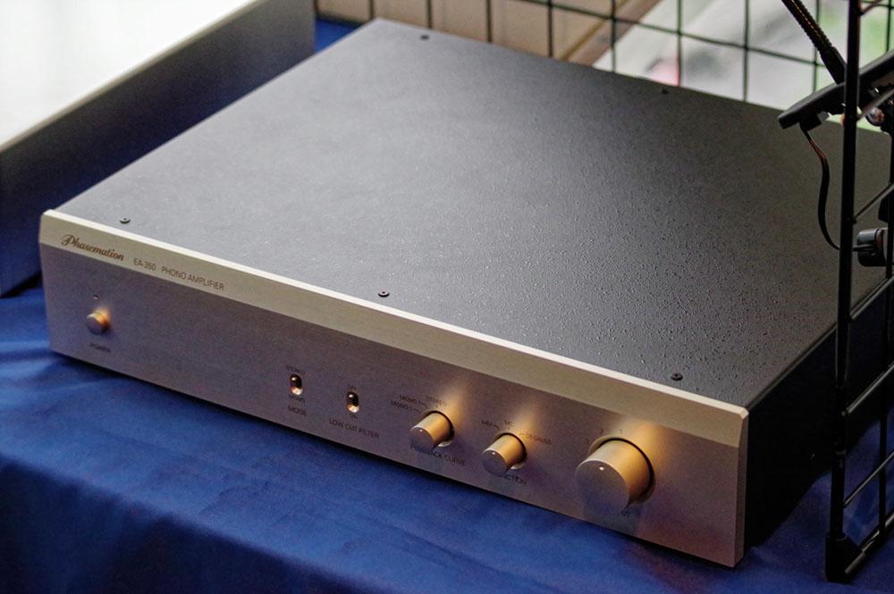 画像: フォノアンプ「EA-350」は定価39万円(税別)。3種類のカーブ切り替え、ステレオ/モノ切り替えなど嬉しい機能も