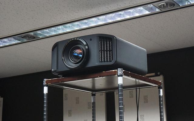 画像: プロジェクターは8K e-shift機能を搭載したJVCのDLA-X9R