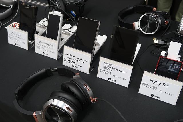 画像: MQAに対応する各社のDAPが勢ぞろい。ソニー ウォークマンの「WN-1A」と「ZX300」、アステル&ケルンの「A&futura」、オンキヨーの「DP-X1A」、HiBy Musicの「HiBy R3」でMQA音源の試聴が可能となっていた