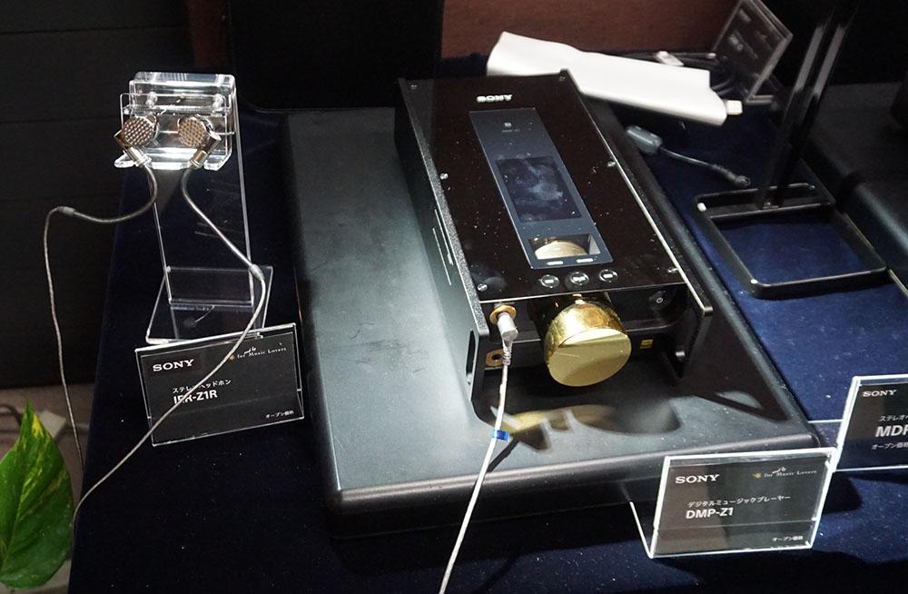 画像: デジタルミュージックプレーヤー「DMP-Z1」(右)とインナーイヤホン「IER-Z1R」(左)が並んで展示されていた