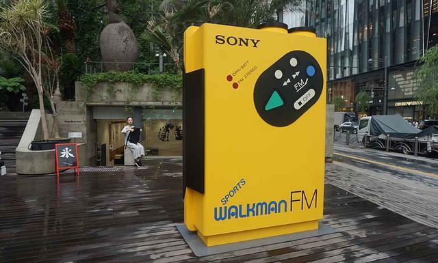 画像: Ginza Sony Parkの入り口には高さ2.5mの「Big Walkman」を設置。絶好の撮影ポイントになるはず